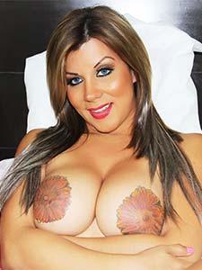 Les seins tatoués de TS Naomi Chi