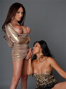 Mia Isabelle et son amie tranny s'amusent en duo