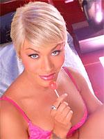 Belle transexuelle blonde aux gros seins